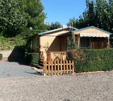 Vista exterior en bungalow en Camping Montsant Park
