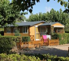 Vista exterior de bungalow en Camping Montsant Park