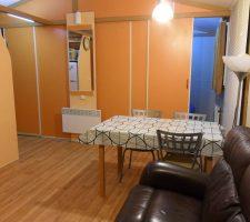 Salón-comedor en bungalow en Camping Montsant Park