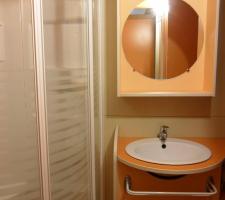 Sala de baño en bungalow en Camping Montsant Park