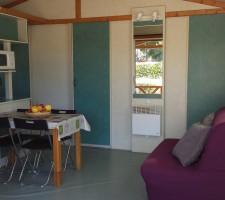 Menjador al bungalou al Camping Montsant Park