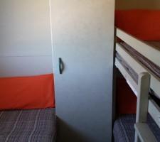 Habitación con literas y cama individual en bungalow en Camping Montsant Park